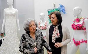 Una artista valenciana recrea el vestido de las Campanadas de Cristina Pedroche con material reciclado