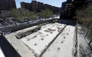 El Consistorio limpia de basura y chabolas el solar de un hotel junto a Mestalla