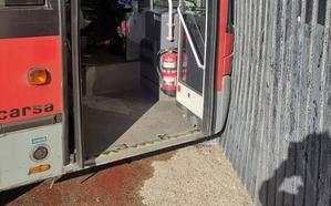 Un autobús de la EMT se empotra contra la estación de bombeo de Vera