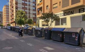 Hasta 15 contenedores en una calle de Valencia durante las Fallas