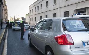 Roba en una casa, huye en coche a gran velocidad e invade el sentido contrario en la Fuente de San Luis de Valencia