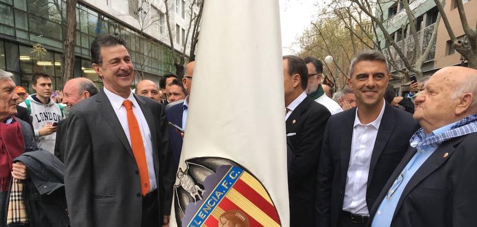 Kempes pasea la bandera del Valencia en el Ayuntamiento