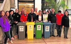 Las comisiones falleras y la Junta Local reciben contenedores para el reciclaje de residuos