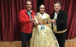 Los falleros de El Pilar dan el «si quiero» a Paco Torres