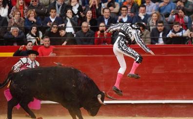 Enrique Ponce mantiene su compromiso de San Isidro pese a la cogida en Fallas