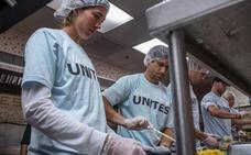 Garbiñe Muguruza y David Ferrer ayudan en un comedor social