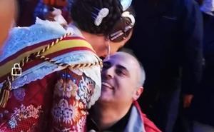 El artista Carlos Carsí pide matrimonio en la Cremà a su novia, la fallera mayor Jessica Blasco