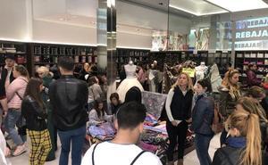 Cientos de personas abarrotan las tiendas de indumentaria en las rebajas