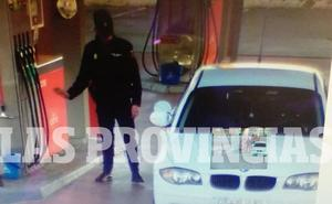 Un policía hace un 'simpa' en una gasolinera con un coche que figuraba como sustraído