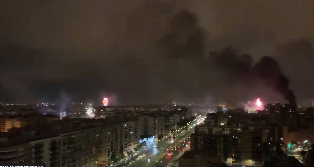 El 'ataque alienígena' a Valencia durante las Fallas se vuelve viral