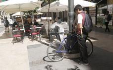 El comercio pide prohibir el paso de bicis en calles peatonales con terrazas