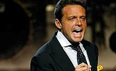 Luis Miguel se enfada durante un concierto en directo y lanza el micrófono al técnico de sonido