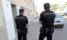 Agrede a varios policías en Valencia tras una discusión con su pareja dentro de su casa
