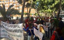 Decenas de protectoras protestan contra la gestora de la perrera de Torrent