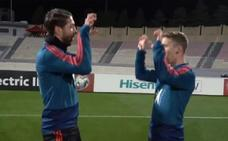 Sergio Ramos e Iker Muniain imitan en un entrenamiento el «tiki tiki, miau miau' de Ylenia