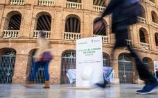 La AECC saca váteres a la calle para animar al 52% de valencianos que no se hace el test para prevenir el cáncer de colon