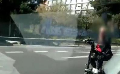 Vídeo | Dura multa a una mujer cazada en patinete y con auriculares por dos autovías de Valencia
