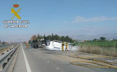 Cortada la autopista AP-7 por el vertido de miles de litros de gasoil en el vuelco de un camión