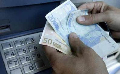 Vuelve el 'timo de la mancha': así te pueden robar 1.200 euros