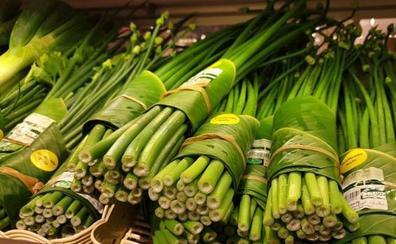 Un supermercado sustituye los envases de plástico por hojas de plátano