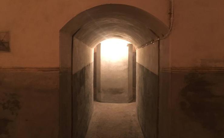 Visita guiada a Bombas Gens: un recorrido por la fábrica, el bunker, el jardín y su bodega medieval