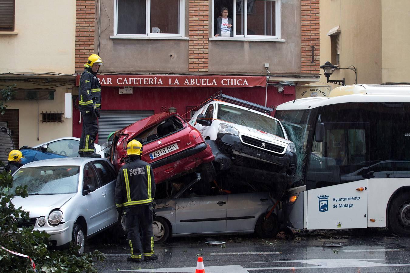 Un autobús arrolla 13 vehículos en Málaga al sufrir un infarto el conductor y causa 15 heridos