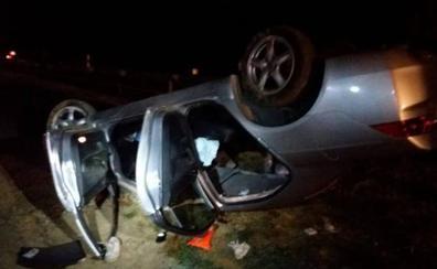 Rescatan a un conductor de un coche eléctrico que quedó atrapado al volcar su vehículo en un accidente de Buñol