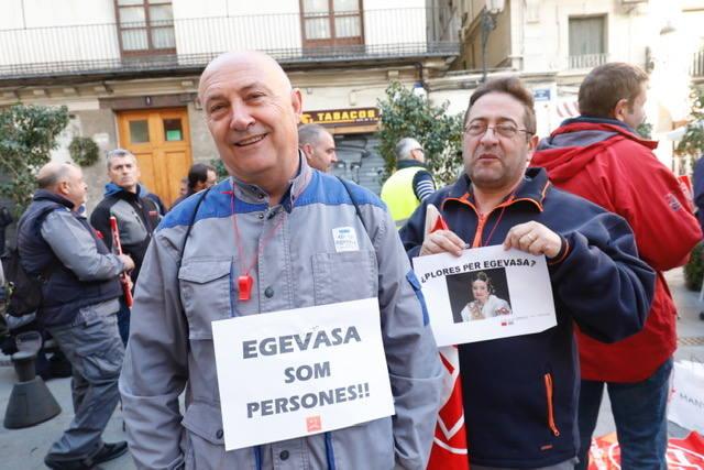 Los trabajadores de Egevasa piden explicaciones a Mónica Oltra en plena calle