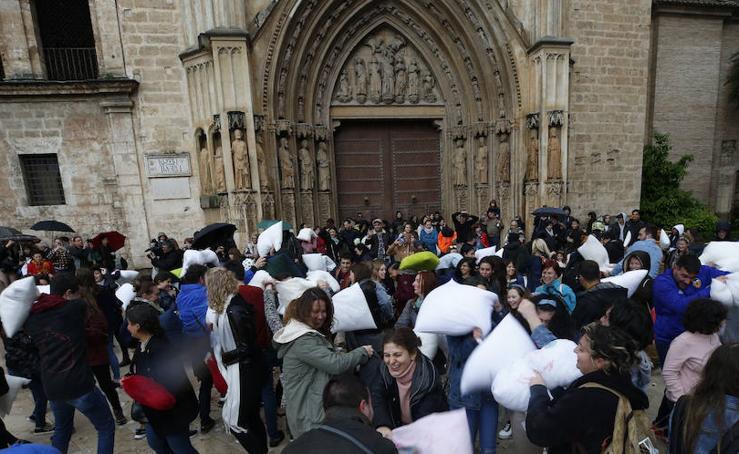 La lluvia no puede con la guerra de almohadas en Valencia