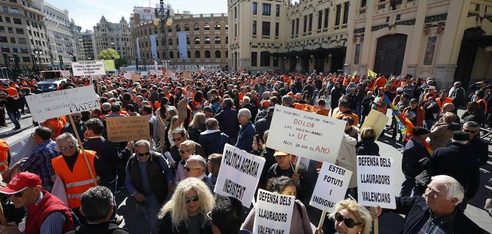 Los agricultores llevan al centro de Valencia el drama de la naranja
