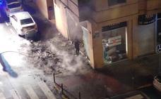 Un incendio afecta a varios coches y pisos en Mislata