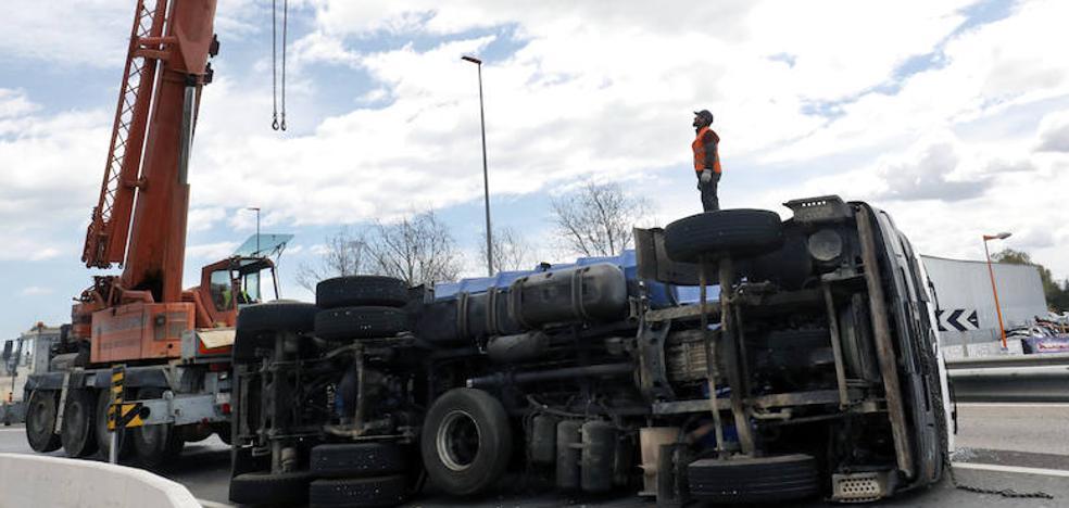 El vuelco de un camión en la V-30 obliga a cortar dos enlaces