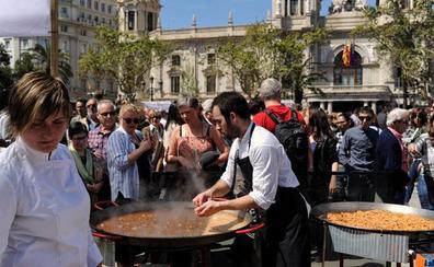 Arroz de cocineros con dos estrellas Michelin y cuatro soles repsol, el domingo en la plaza del Ayuntamiento de Valecia