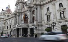 Los agentes de la UCO, en el Ayuntamiento de Valencia tras registrar la sede de Tabacalera