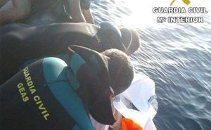 Rescatan a un buceador afectado por un barotrauma en la playa de Benidorm