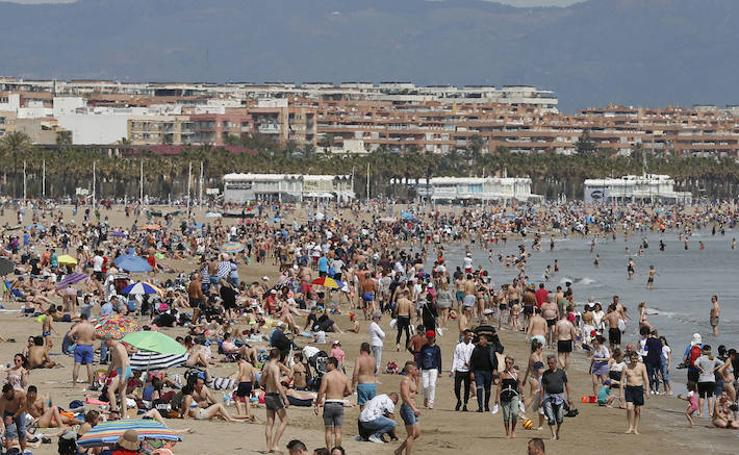 Fotos de la playa de la Malvarrosa este domingo
