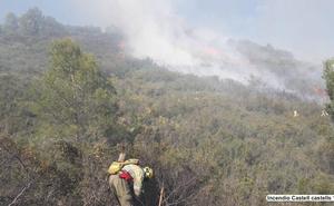 El primer gran incendio forestal del año en la Comunitat Valenciana pone en jaque a cien medios terrestres y aéreos