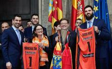 El Valencia Basket celebra junto a la afición la victoria de la Eurocup