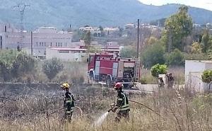 Los bomberos sofocan un fuego cerca del hospital de la Pedrera