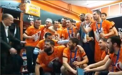 Juan Roig felicita al Valencia Basket