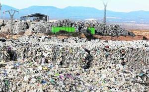 Utiel y Medio Ambiente limpiarán los plásticos si la empresa no responde a los trabajos de retirada