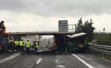 El aparatoso accidente de un camión obliga a cortar de madrugada la A-7 en Alberic