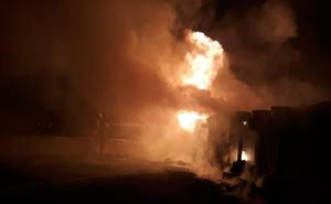 El camión en llamas tras un accidente corta la A-7 más de 12 horas en Alberic