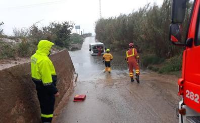 Los bomberos rescatan a un hombre atrapado con su vehículo en el barranco del Gallego por la lluvia