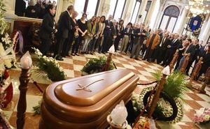LÁGRIMAS Y APLAUSOS EN EL ADIÓS A MANUEL ALCÁNTARA