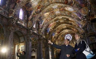 La infanta Elena visita la parroquia de San Nicolás