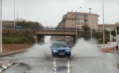 Las lluvias obligan otra vez a suspender el transporte público de Torrevieja y cortar varias vías