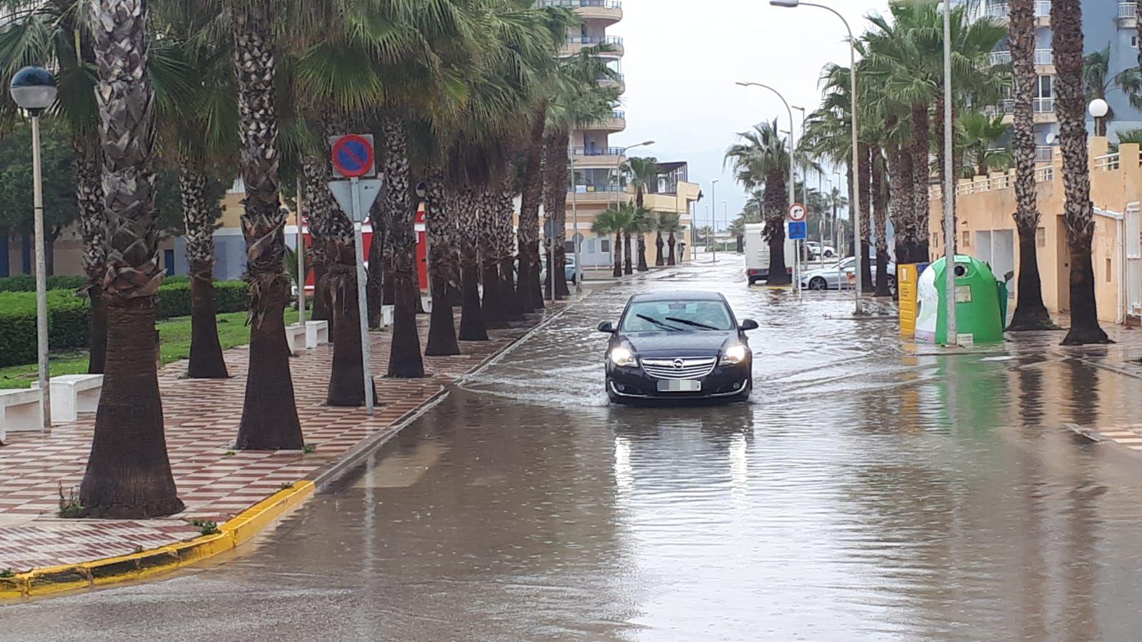 La intensidad del temporal remite pero deja caminos cortados al tráfico en la Safor