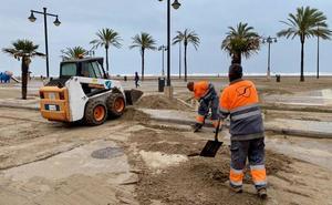 Limpieza exprés de las playas en Valencia para el puente de mayo