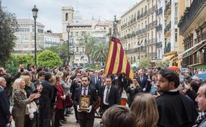 La nueva Real Senyera pisa por primera vez las calles de Valencia